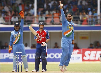 Virender Sehwag successfully appeals for the wicket of Gareth Batty