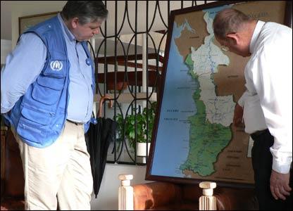 El representante del ACNUR, Philippe Lavanchy (izquierda), es informado de la situaci�n en Istmina (M.H. Verney/UNHCR)