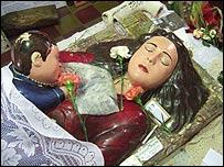 La Difunta, a quien se representa con su hijo sobre el pecho, está enterrada en Vallecito