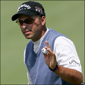 Rocco Mediate acknowledges the crowd on the first