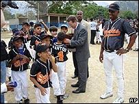 El embajador William Brownfield dona útiles deportivos a un club juvenil en Caracas