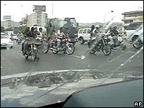 Imagen de video facilitada por la embajada de EE.UU. en Caracas de los motoristas persiguiendo a la comitiva