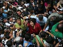 Lourdes Flores, rodeada de seguidores y fotógrafos