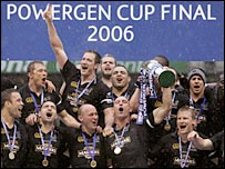 Lawrence Dallalglio hoists the Powergen Cup