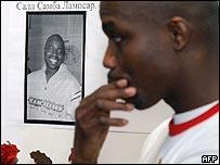 Африканец у портрета Лампсара Самбы