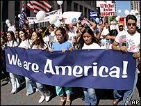 Inmigrantes con pancarta en Birmingham, Alabama.