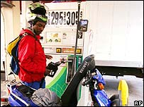 Hombre en una estaci�n de gasolina