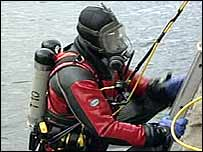 divers dragging the river aire in Leeds