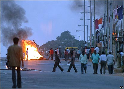 Mob burns a vehicles in Bangalore following the news of Rajkumar's death