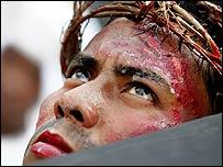 Manifestante en Manila representando la crucifixión de Jesús