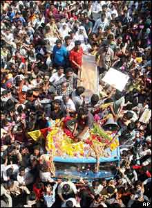 Fans surround actor Rajkumar's body as it is carried for cremation