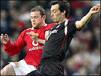Man Utd striker Wayne Rooney battles with Sunderland's Gary Breen