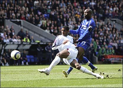 Bolton's Ricardo Vaz Te shoots at goal