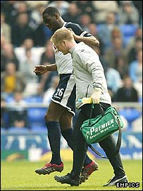 Ledley King leaves the field injured against Everton