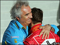"""Flavio Briatore abraza a """"Schumy"""" en el Gran Premio de Bahrein."""