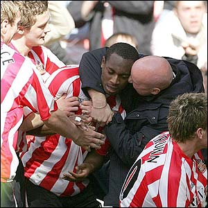Justin Hoyte is mobbed by Sunderland fans and team-mates after scoring the opener