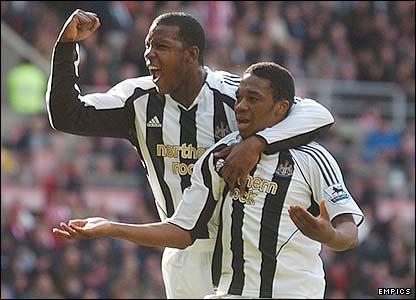 Newcastle's Titus Bramble congratulates Charles N'Zogbia