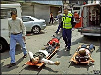 Paramédicos atienden personas heridas