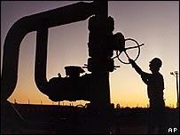 Obrero en instalación petrolera