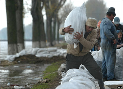 Romanian villagers build a sandbag dam to limit the floods in Fetesti, east of Bucharest.