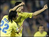 Juan Rom�n Riquelme celebra un gol