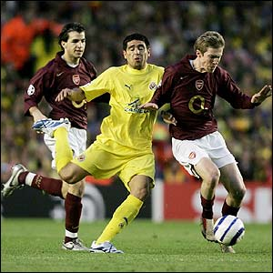 Alexandr Hleb shields the ball from Riquelme