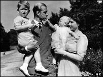 El Duque de Edimburgo, la princesa Isabel y sus hijos Carlos y Ana en 1951.