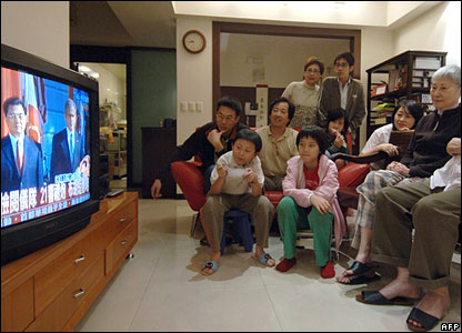 A group of Taiwan residents in Taipei watch a TV broadcast of Chinese leader Hu Jintao's visit to the  White House