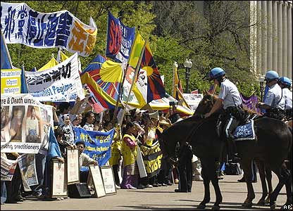 Mounted police hold back a crowd of protesters outside the White House
