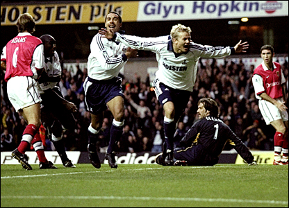 Steffen Iversen celebrates his goal