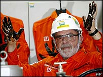 Lula with oil-drenched hands aboard the P-50 rig