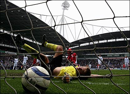 Bolton keeper Jussi Jaaskelainen fails to save Darren Bent's penalty