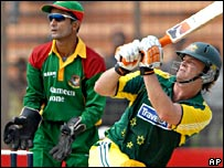 Gilchrist watched by Khaled Mashud
