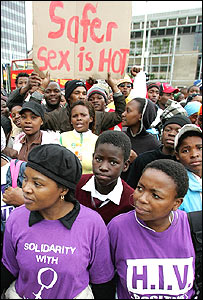 Miembros de organización sobre el SIDA en las calles de Ciudad del Cabo.
