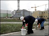 Работники около Чернобыльской АЭС