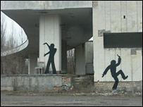 Фигуры на заброшенном здании в Припяти