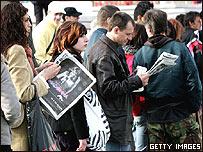 Hinchas haciendo cola para comprar tickets en el Wembley Arena.