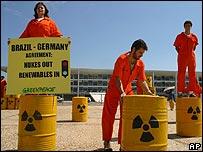 Manifestaci�n anti-nuclear en Brasil. Imagen de archivo de 2004.