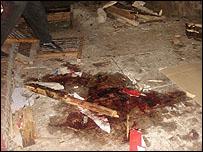 آثار دماء الضحايا في موقع أحد التفجيرات