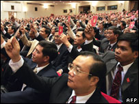 Delegates vote to approve the final resolution of the 10th national congress of Vietnam's communist party during the closing ceremony in Hanoi, 25 April 2006.