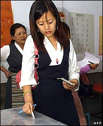 Tibetan women cast their votes at polling centre in New Delhi,18 March 2006