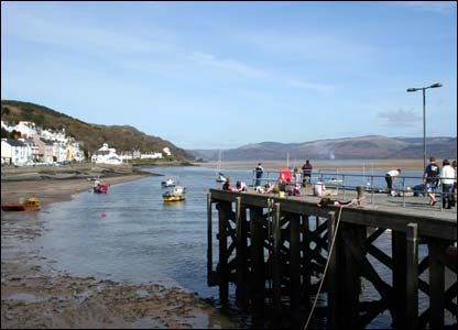 Holidaymakers took advantage of sunny weather to try their hand at catching crabs from the pier in Aberdyfi (Daniel Inman)