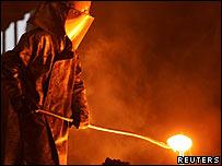 Trabajador en planta de acero.