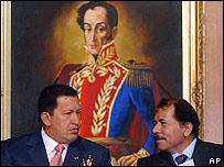 Hugo Chávez, presidente de Venezuela junto a Daniel Ortega, candidato presidencial nicaragüense. Detrás un cuadro de Simón Bolívar.