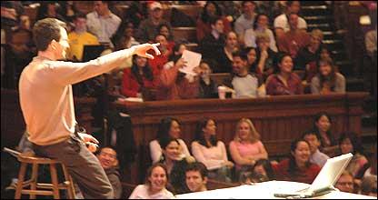 Tal Ben-Shahar durante una clase en la Universidad de Harvard