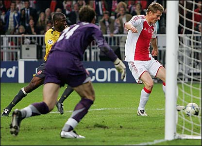 Markus Rosenburg scores for Ajax against Arsenal