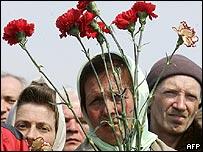 Ex trabajadores de Chernobyl participan en la ceremonia conmemorativa.
