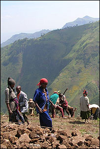 Farmers building a terrace in southern Ethiopia (Image: Tearfund)