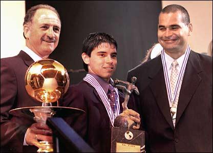 Luiz Felipe Scolari receives an award from Brazilian newspaper El Pais for his achievements as manager of Palmeiras
