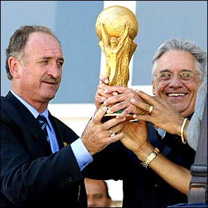 Scolari celebrates winning the World Cup with Brazil's President Fernando Henrique Cardoso